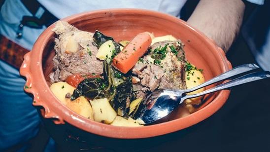 Porcija od 800g junetine ispod sača sa krompirom i povrćem, supa i desert za dvoje!