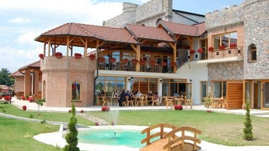 Dvorac Ivanović: Noćenje za dvoje sa doručkom i korišćenje bazena!